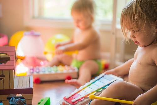 Niños jugando juguetes educativos