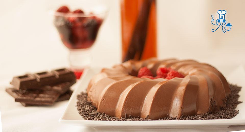 Delicioso postre de chocolate y frutos rojos